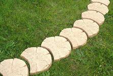 Садовая дорожка из деревянных срубов
