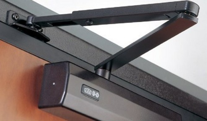 Как прикрутить доводчик к металлической двери?
