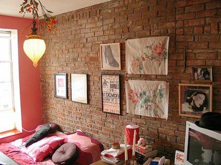 Имитация кирпича на стенах в гостиной