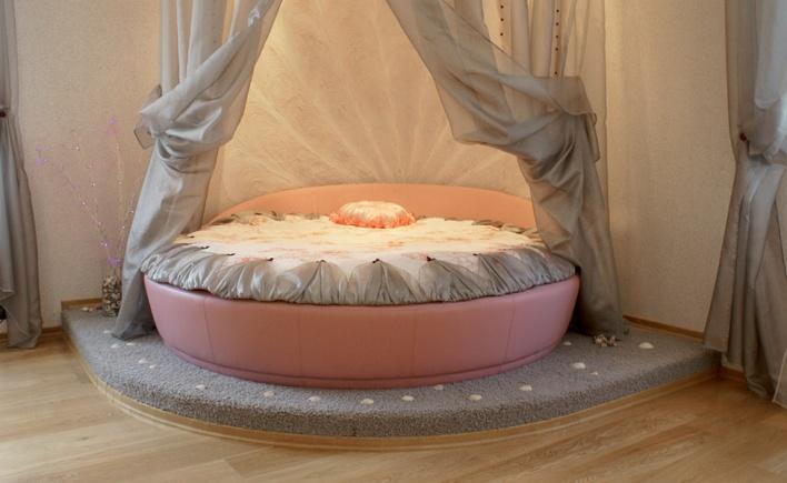 Прямоугольный матрас в круглой кровати