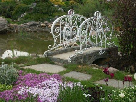 Садовый мостик в качестве элемента дизайна участка