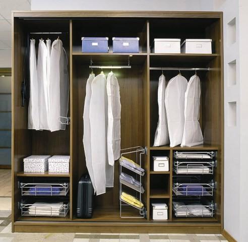 Правильное хранение брюк в шкафу