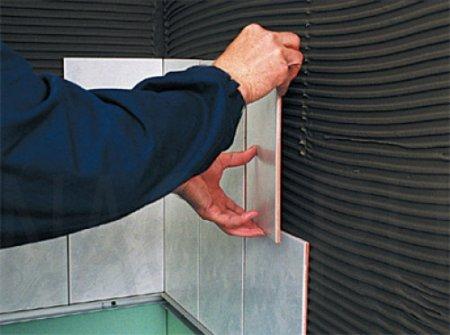 Стадии укладки керамической плитки на стены